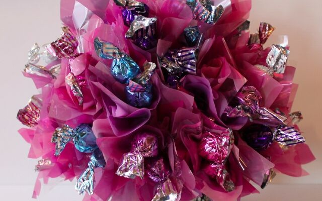 Изготовление букетов из конфет для начинающих: сладкая красота