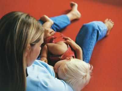 Как правильно держать ребенка при кормлении
