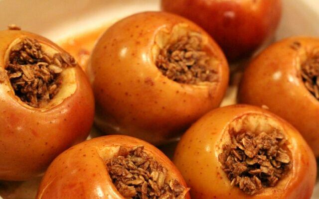 Как приготовить запеченные яблоки: народное лакомство