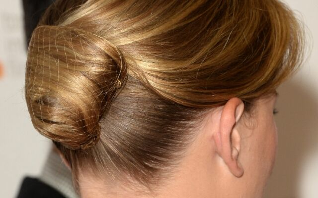 Как сделать красивую шишку из волос: универсальная прическа