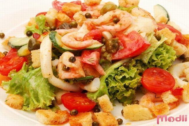 Салат с креветками и кальмарами