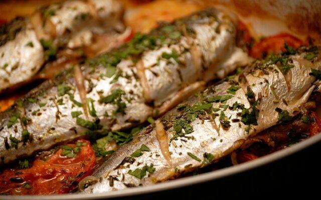 Запеченная скумбрия с овощами: отличная рыбка